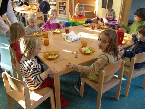 beim gemeinsamen Essen Kita-Raderthal
